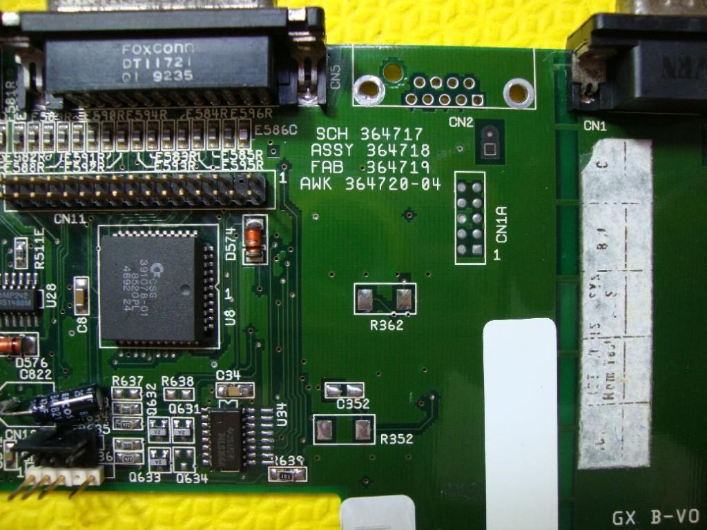 Componentes removidos da parte superior, incluindo o conector de joystick