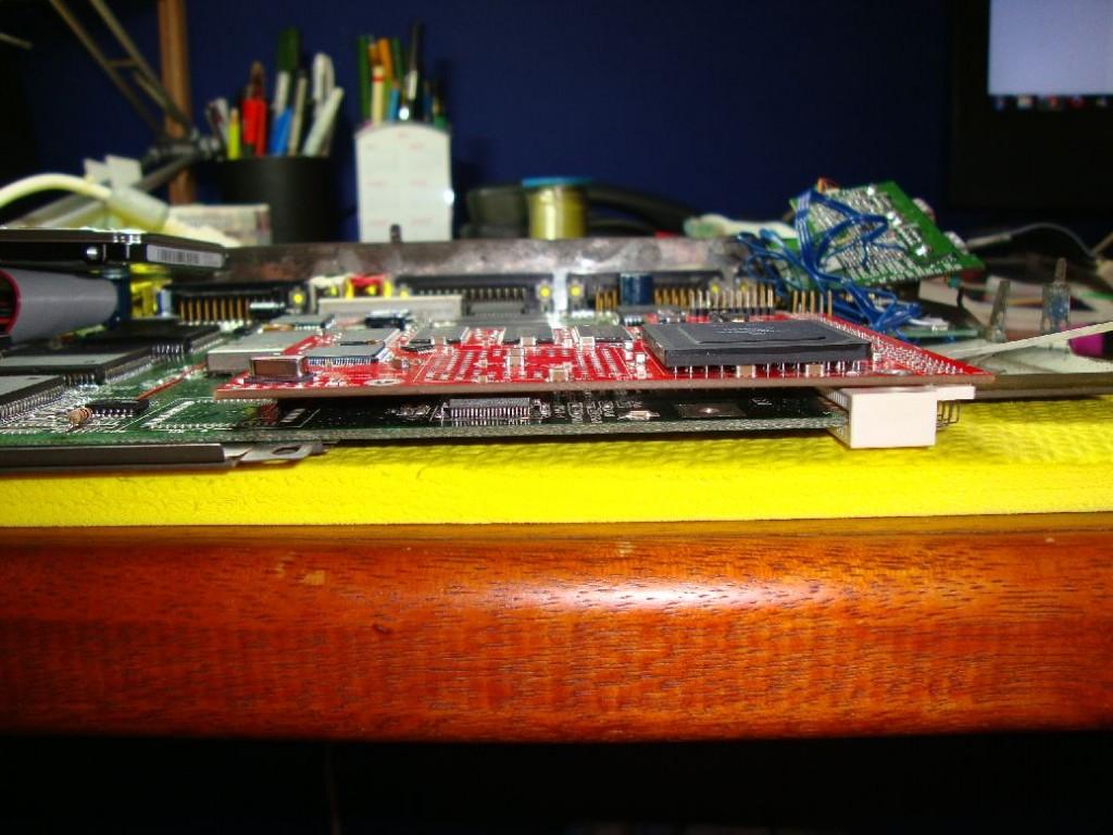 Placa encaixada com o conector invertido